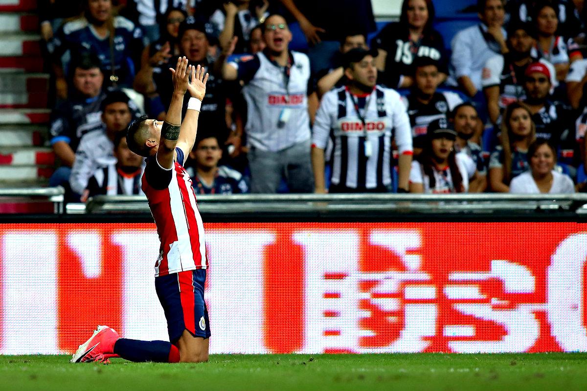 Alan Pulido festeja su gol ante Monterrey en la Semifinal de la Copa MX.