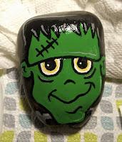 Decoración para Halloween con piedras pintadas frankestain