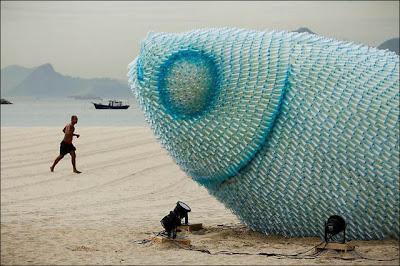 Esculturas de pez con botellas de pet recicladas en la playa