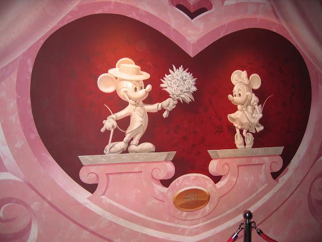 Para hacer invitaciones, tarjetas, marcos de fotos o etiquetas, para imprimir gratis de Mickey y Minnie Enamorados.