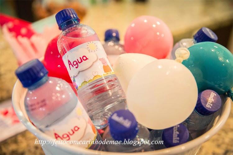 cooler com balões de gelo e garrafinhas de água mineral