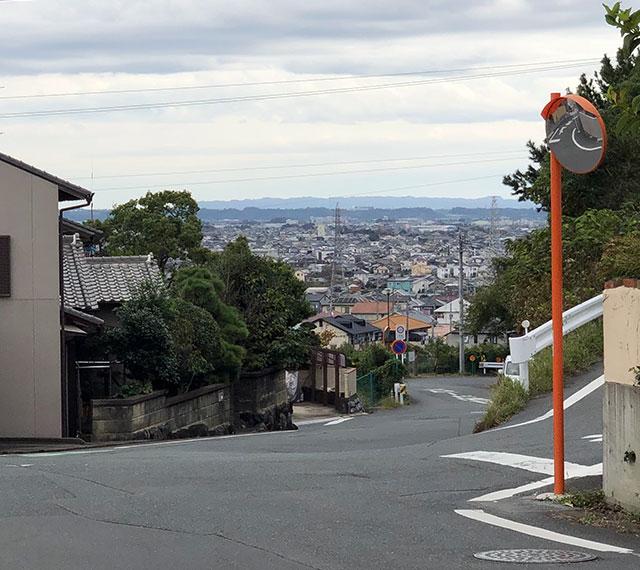 信玄街道欠下坂上から東の台地下の有玉方面を望む(2018年10月13日撮影)