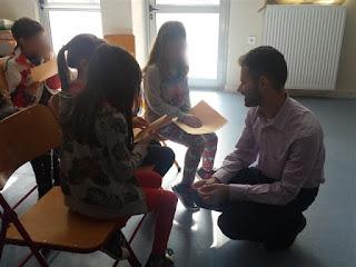 Ο Βαγγέλης Αυγουλάς μιλάει με μικρές μαθήτριες για τη γραφή Braille