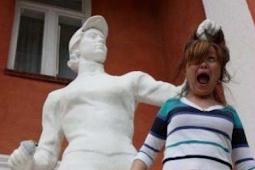 5 Foto Dengan Patung di Jamin Ngakak