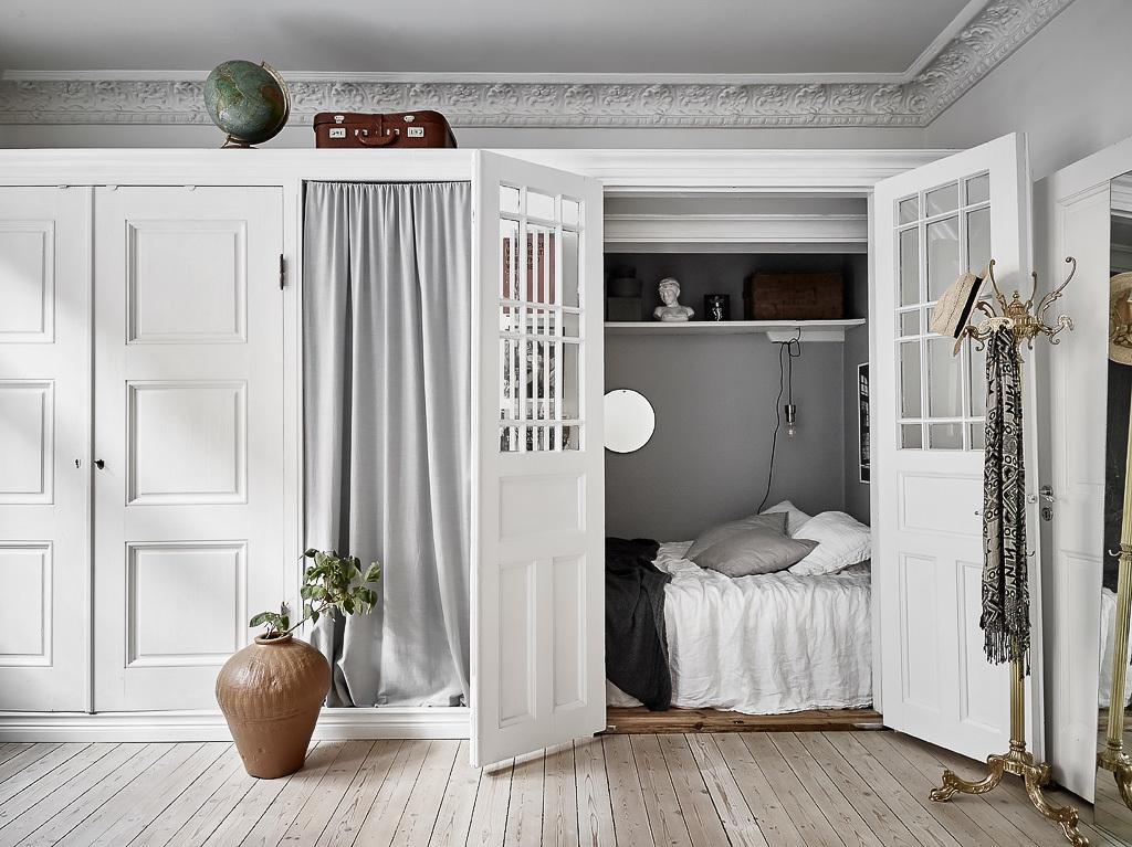 Dormitor amenajat în dulap într-o garsonieră de 51 m²