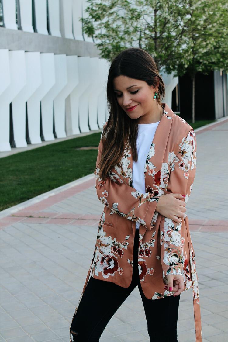 outfit con kimono de flores de zara