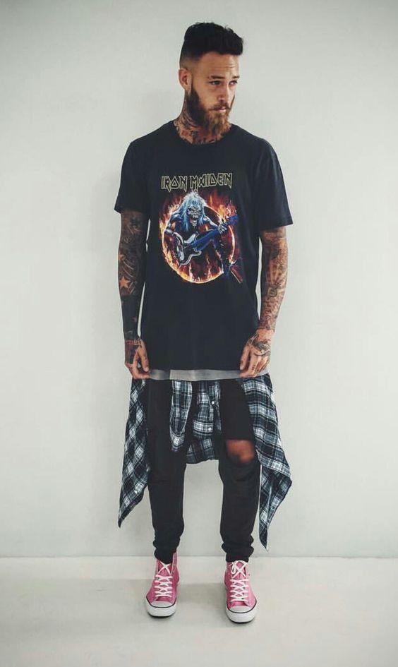 Look Masculino com Camiseta de Banda e Camisa Xadrez Amarrada na Cintura