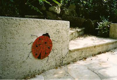 Création artisanale sur commande d'un Décor de mosaïque murale en extérieur dans un jardin par severine peugniez