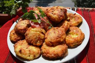 Пържени патладжани с яйца и сирене