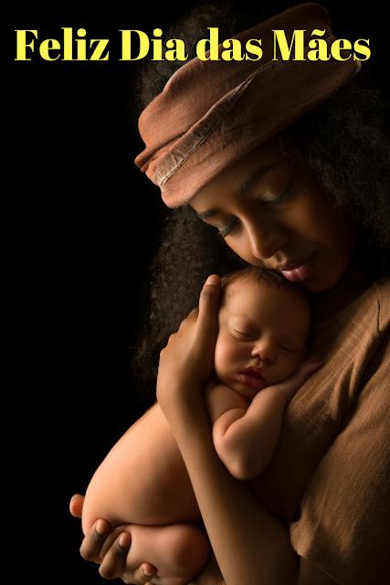 Mãe com bebê nos braços