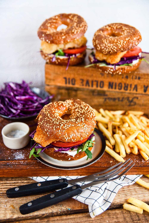 Fiszburgery - bajgle z panierowanym dorszem i dodatkami