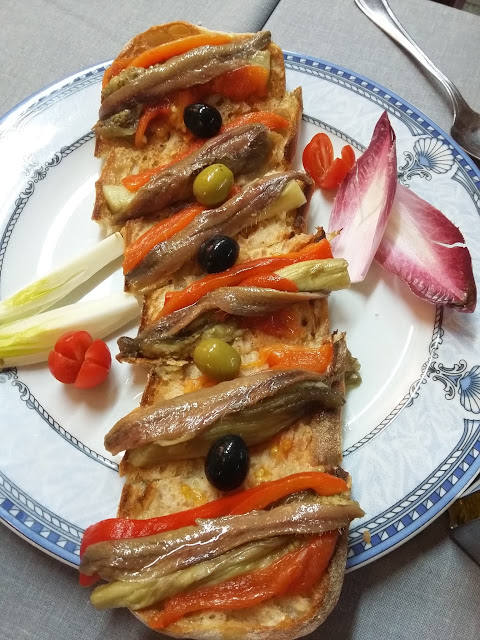 Tosta de escalivada y anchoas