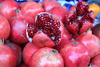 buah delima adalah buah yang memiliki rasa asam manis