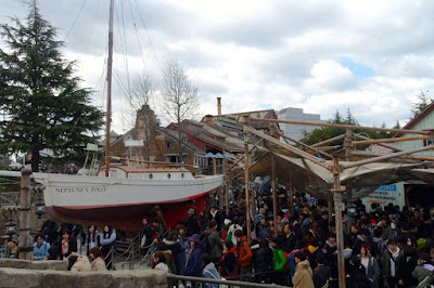 The queue for Jaws ride in USJ