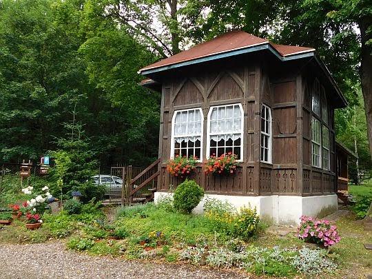 Drewniany domek z werandą.