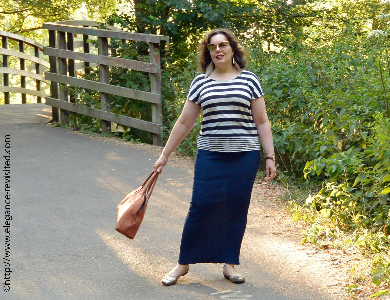 39adda3b71 Styling a loose fitting long skirt and her linen tee shirt worked a treat  for keeping her cool and scoring high in the fashion stakes!