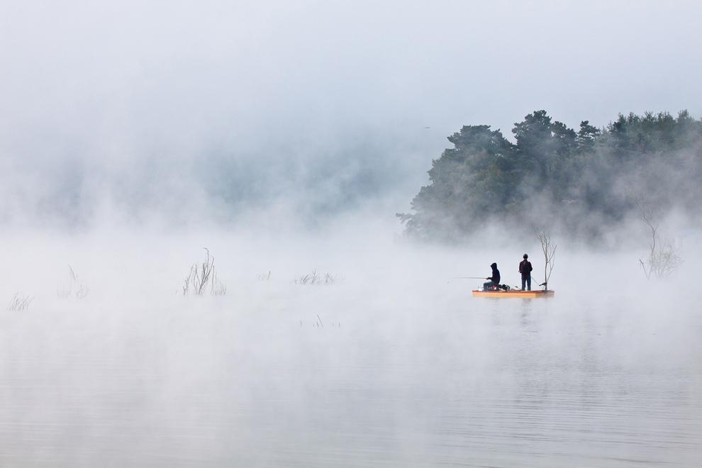 رجال الصيد في أحد بحيرات كوريا