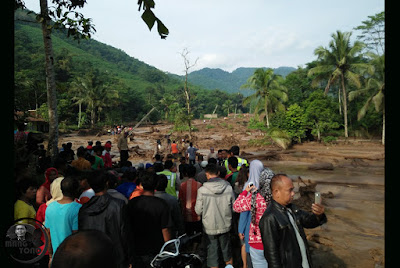 Foto : Evakuasi korban bencana banjir bandang Desa Sukakerti, Kec. Cisalak.