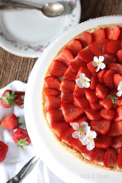 """alt""""=tarte aux fraises sur un plat vintage blanc"""""""