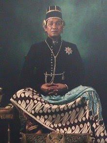 Gambar Hamengkubuwono X dengan baju resmi kerajaan
