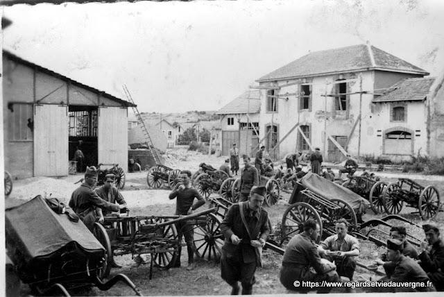 Photo de famille noir et blanc, militaires  à Bellerive-sur-Allier en 1940.
