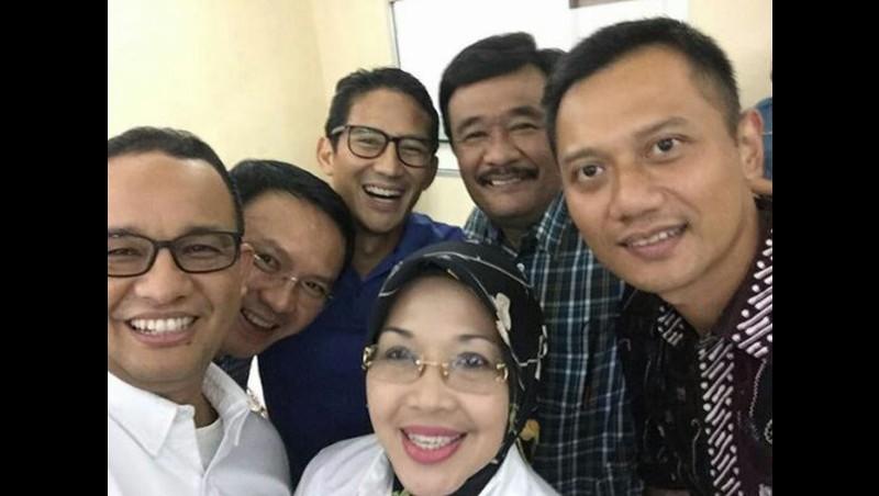 Selfie tiga pasang cagub dan cawagub DKI