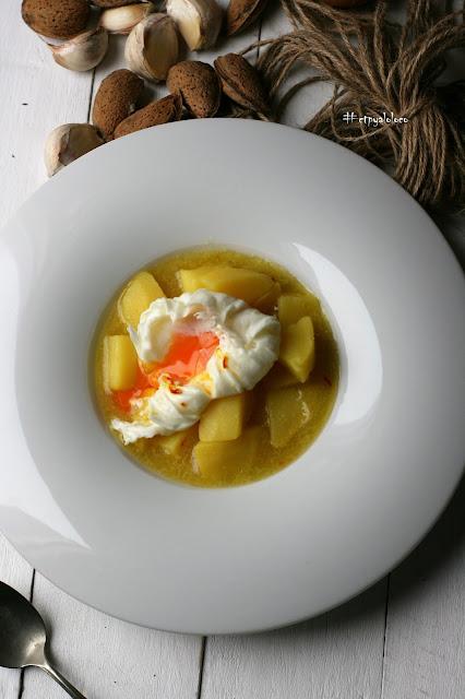 Patatas al ajopollo con huevo poche