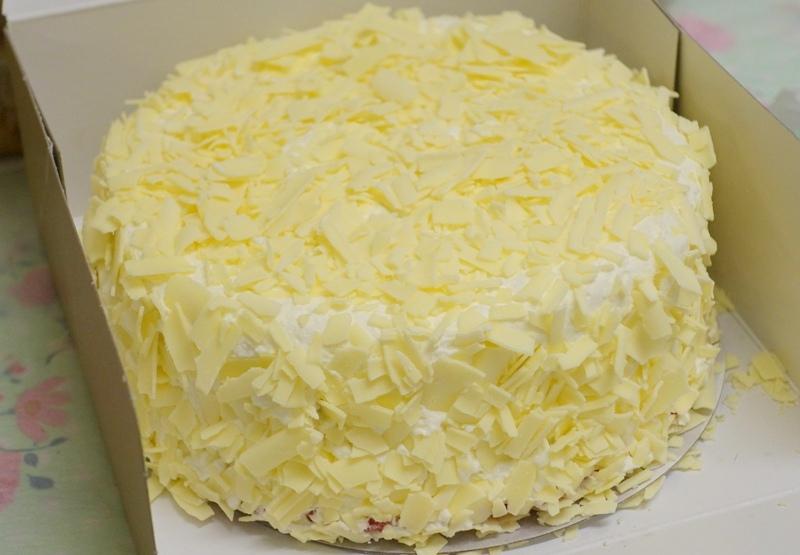 Dudok Rotterdam red velvet cake white chocolate flakes