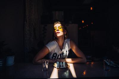 Chica con gafas sentada en la mesa lista para comer