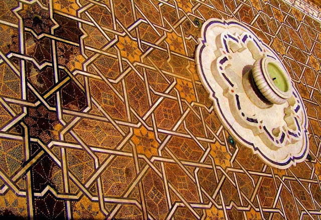 Kawałek podłogi i fontanna na placu. Rabat