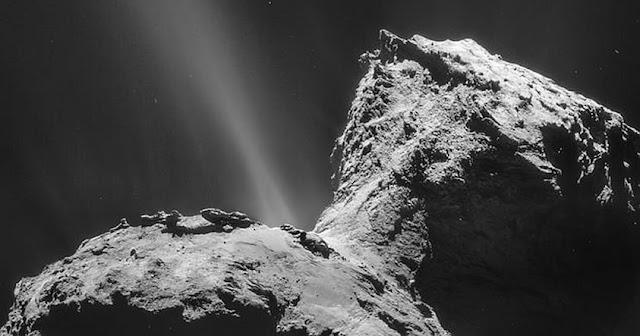 El cometa Churyomov Gerasimenko, visitado por la misión Rosetta de la Agencia Espacial Europea. Se ha informado recientemente que este cometa podría contener compuestos orgánicos primordiales para la existencia de vida.