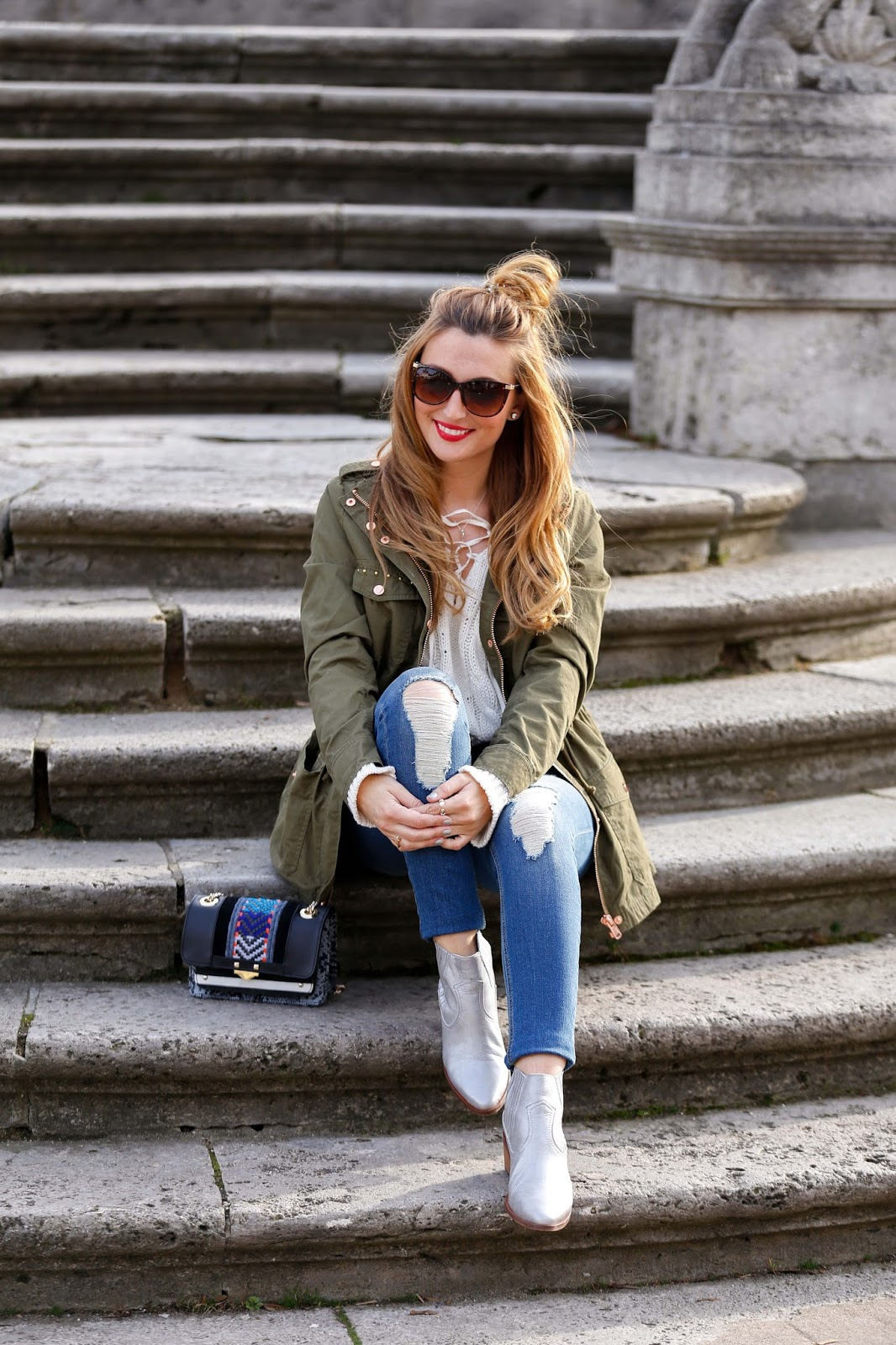 Fashionstylebyjohanna-Conleys-Silberne-Boots-Bunte-Trend-Tasche-Bloggerstyle