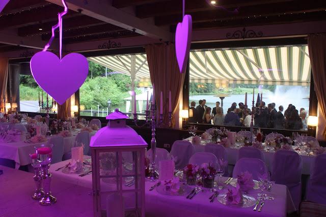 Raumbeleuchtung in Fuchsia - Hochzeit in Fuchsia im Riessersee Hotel Garmisch-Partenkirchen - Fuchsia Wedding center pieces table decor #Riessersee #wedding venue #Hochzeitshotel #Garmisch #Bayern #Bavaria #Hochzeit #wedding