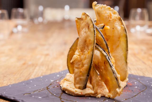 Crujiente de berenjenas sobre hummus