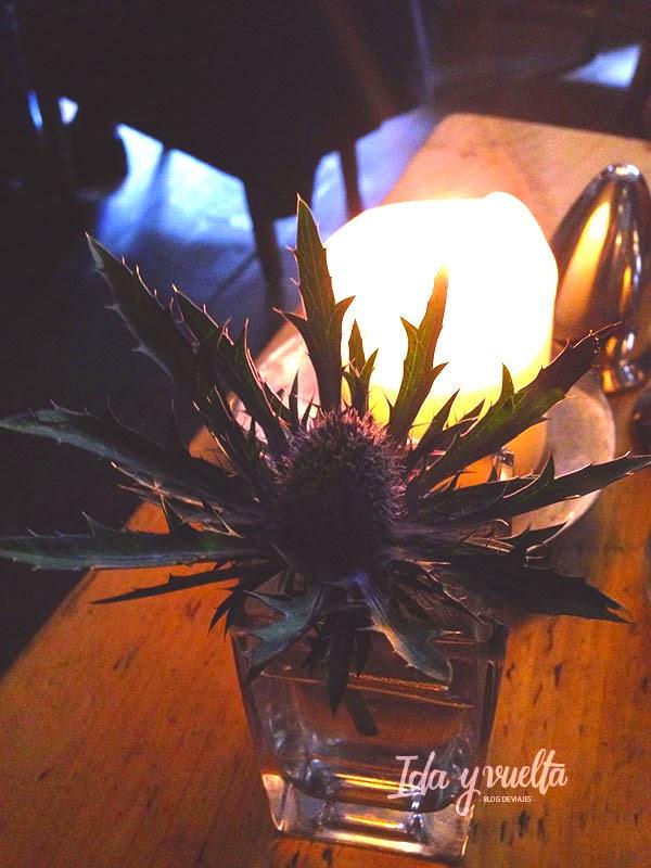 Flor de cardo y vela en nuestra mesa
