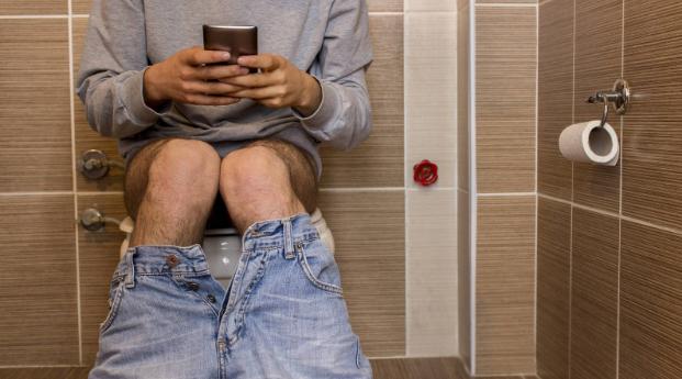Piden no introducir el celular al baño