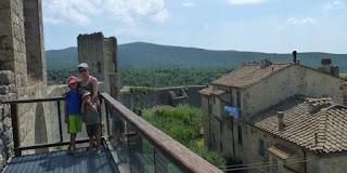 En lo alto de las murallas de Monteriggioni.