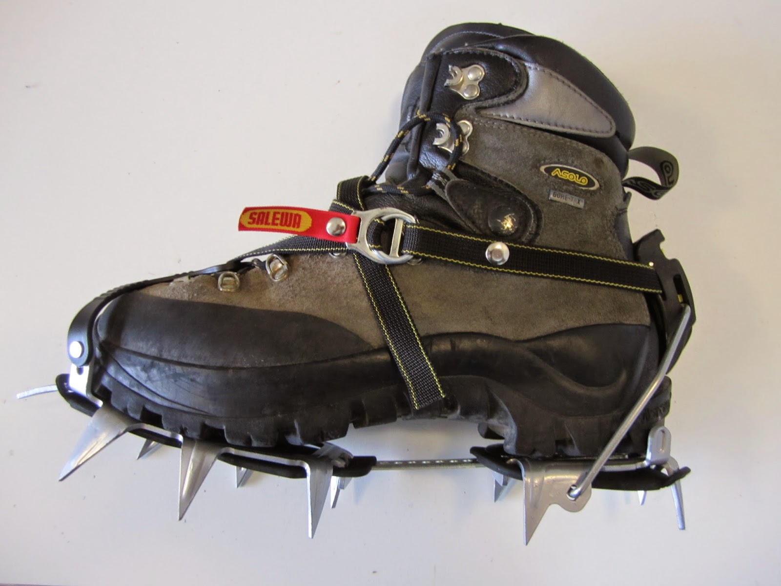 b77e2d2d9 Aqui os detalhes de como são encaixados o conjunto de Grampons. nas botas,  este modelo da ASOLO possui na base da sola, encaixes específicos para este  e ...