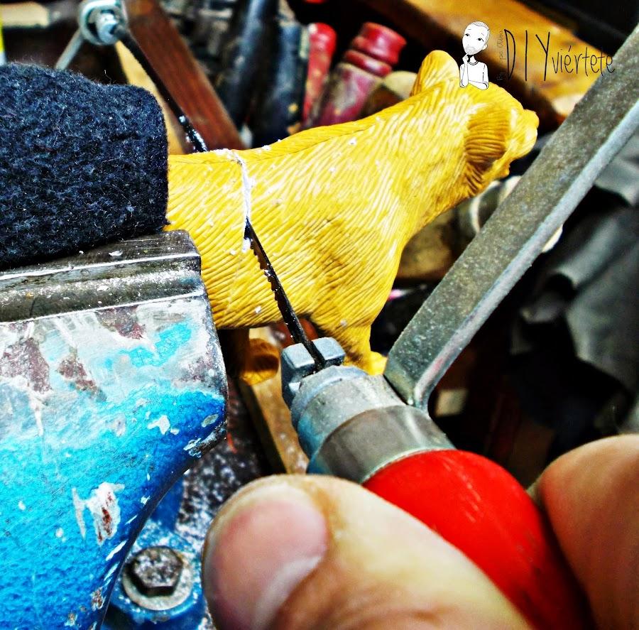 DIY-perchero-reciclaje-animales de plástico-juguetes-spray dorado-4