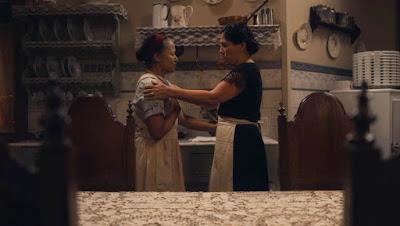 Lola (Gloria Pires) tenta consolar Durvalina (Virgínia Rosa) em 'Éramos Seis' — Foto: Globo