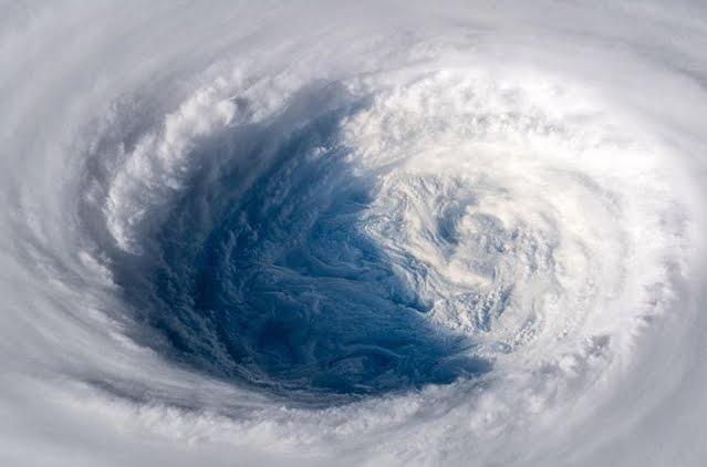 Incredibili istantanee del Super tifone Trami fatte da un Astronauta.