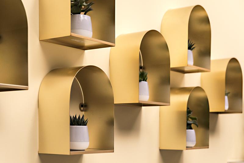 Ikea, elohuone, olohuone, Ikea Suomi, Visualaddict, sisustus sisustaminen, sisustusinspiraatio, valokuvaaja Frida Steiner, interior, inredning, interiorinspo, olohuoneen sisustus, pöytä, kaappi, vitriini, valaisin, Korjaamon Vaunusali, museo