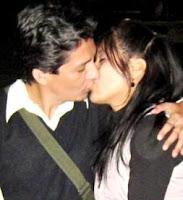 Foto de un beso con amor de una pareja