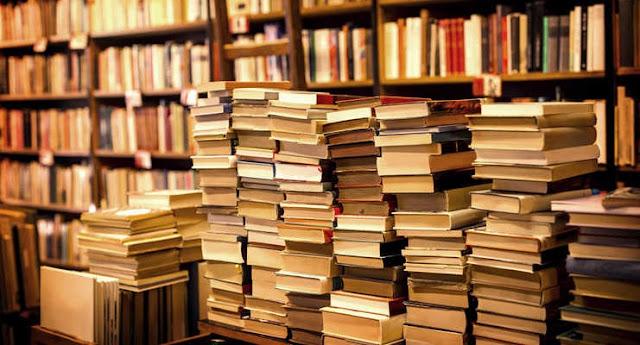 積み上げられた沢山の本