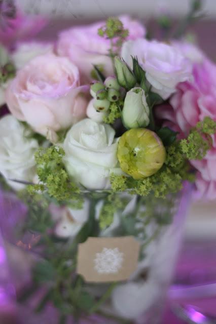 Blumenarrangements, Hochzeitsmotto aus M wird M, Pastell und Vintage im Riessersee Hotel Garmisch-Partenkirchen, Bayern