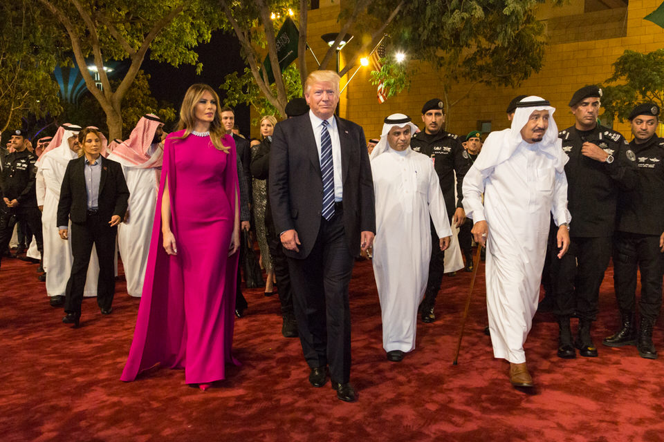 Ο Πρόεδρος Ντόναλντ Τραμπ και η Πρώτη Κυρία Μελάνια Τραμπ φτάνουν στο παλάτι Murabba, συνοδευόμενοi από το βασιλιά Σαλμάν μπιν Αμπντουλαζίζ Αλ Σαούντ της Σαουδικής Αραβίας, το Σάββατο βράδυ, 20 Μαΐου 2017, στο Ριάντ της Σαουδικής Αραβίας, για να παρευρεθούν σε ένα συμπόσιο προς τιμήν τους