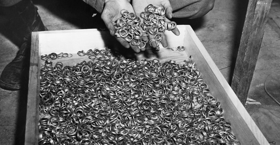 Μερικές από τις χιλιάδες βέρες που οι Ναζί αφαιρούσαν από τα θύματά τους για να πάρουν το χρυσό. Τα στρατεύματα των ΗΠΑ βρήκαν δαχτυλίδια, ρολόγια, πολύτιμους λίθους, γυαλιά, και χρυσά σφραγίσματα, κοντά στο στρατόπεδο συγκέντρωσης Μπούχενβαλντ. Γερμανία, 5 Μάη 1945.