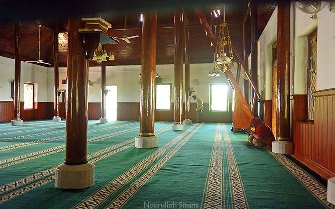 Masjid di kawasan Sunan Sendang Duwur Paciran, penyanggahnya dari kayu