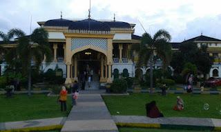 bagian depan istana maimun