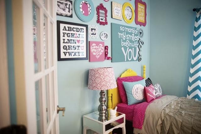 decoração-de-quarto-com-quadros-coloridos-e-variados